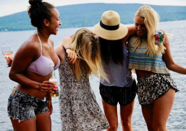 Quatre amies sur le bord d'un quai, beauté au naturel